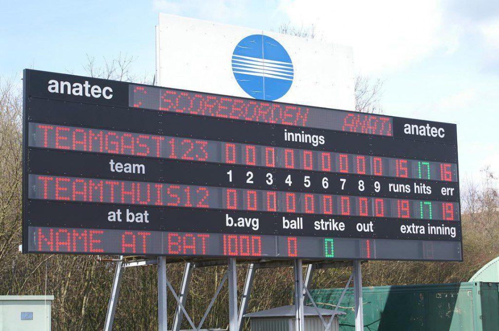 een honkbal scordebord bij de pioneers