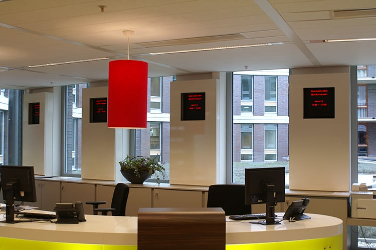 verschillende LED informatiedisplays op kantoor