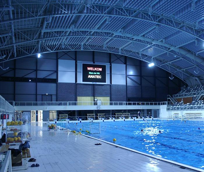 zwembad met indoor led scherm