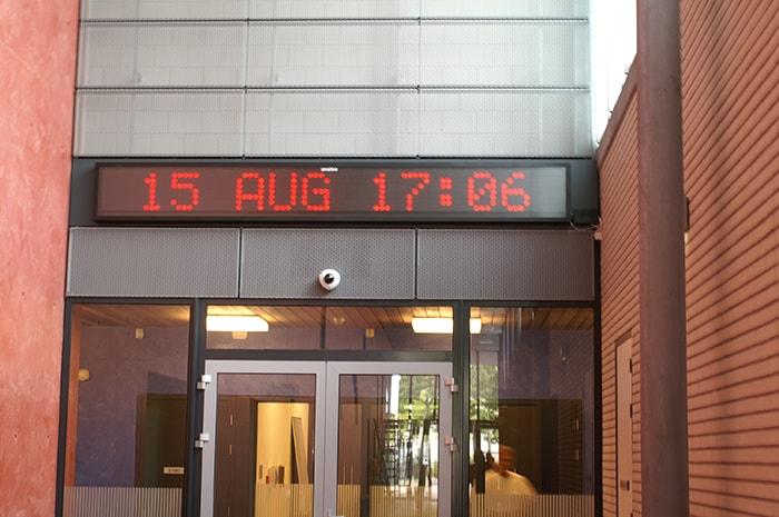 tijd en temperatuur display in werking